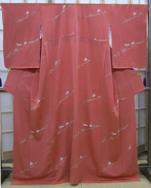 【裄68cm】小紋 ホリ•ヒロシ作 甚三紅色縮緬地愛らしいウサギの図