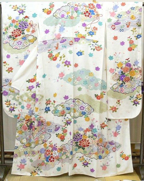 振袖 白地に桜の地紋 雪輪、雲取りに宝尽くし露芝、扇に花などの吉祥紋様(A1937F)